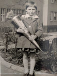 Ursula's erster Schultag 1.April 1964 mit Schultuete